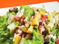 Зелена салата с миди, круши, ягоди и сирене бри